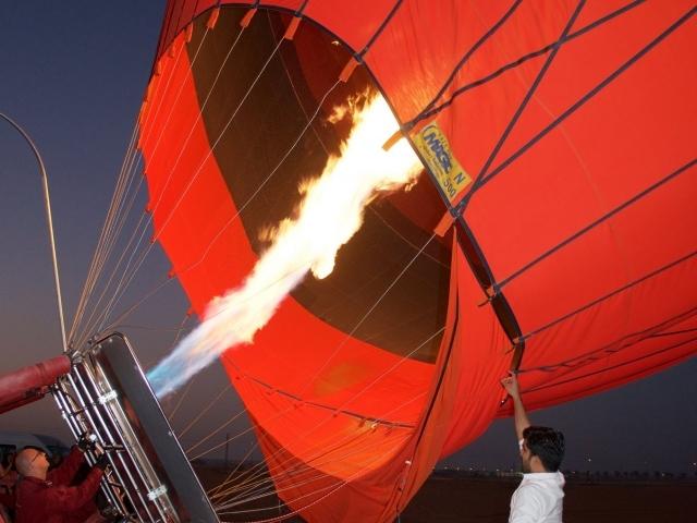 Befüllen des Heißluftballons im Dunkeln Dubai
