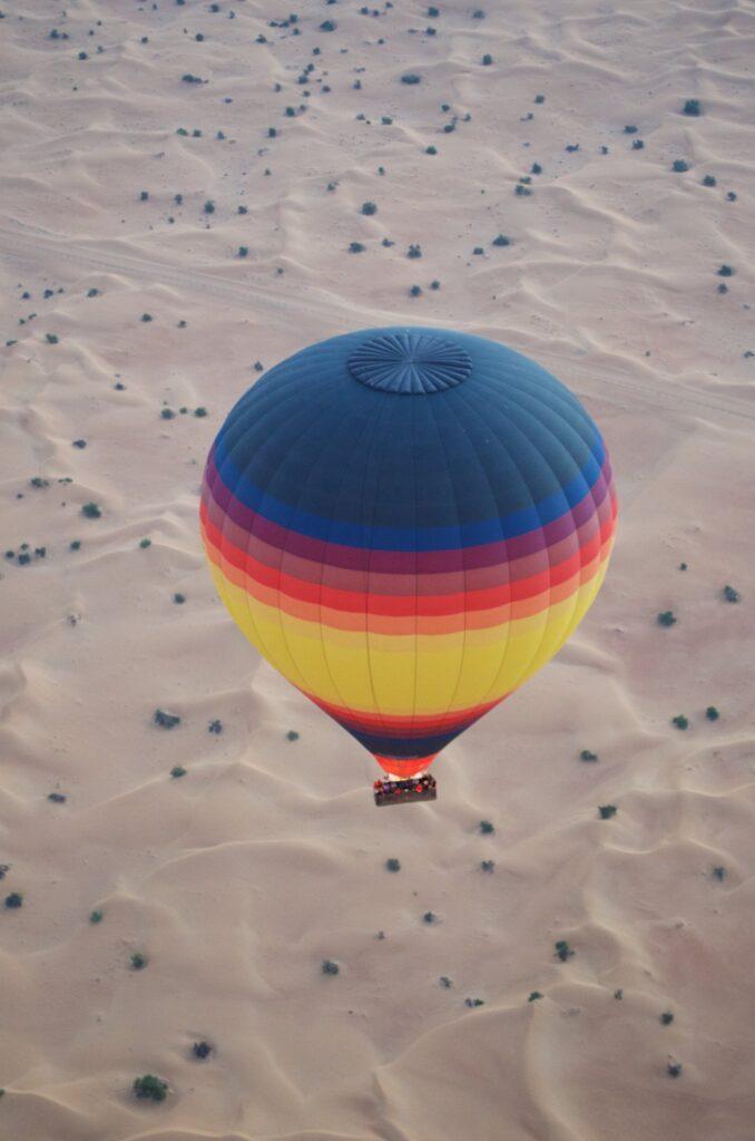 Heißluftballon über der Wüste Dubais