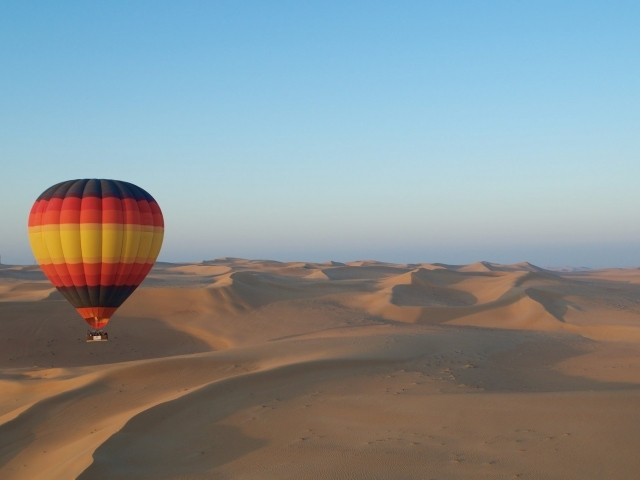 Heißluftballoon über der Wüste Dubais