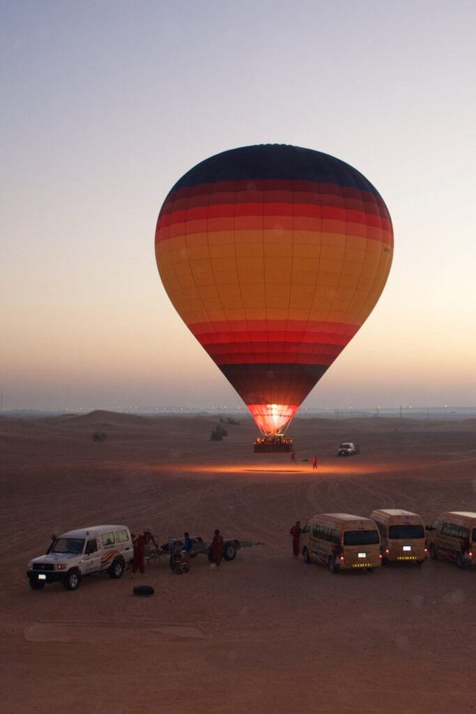 Start des Heißluftballons bei Sonnenaufgang Dubai