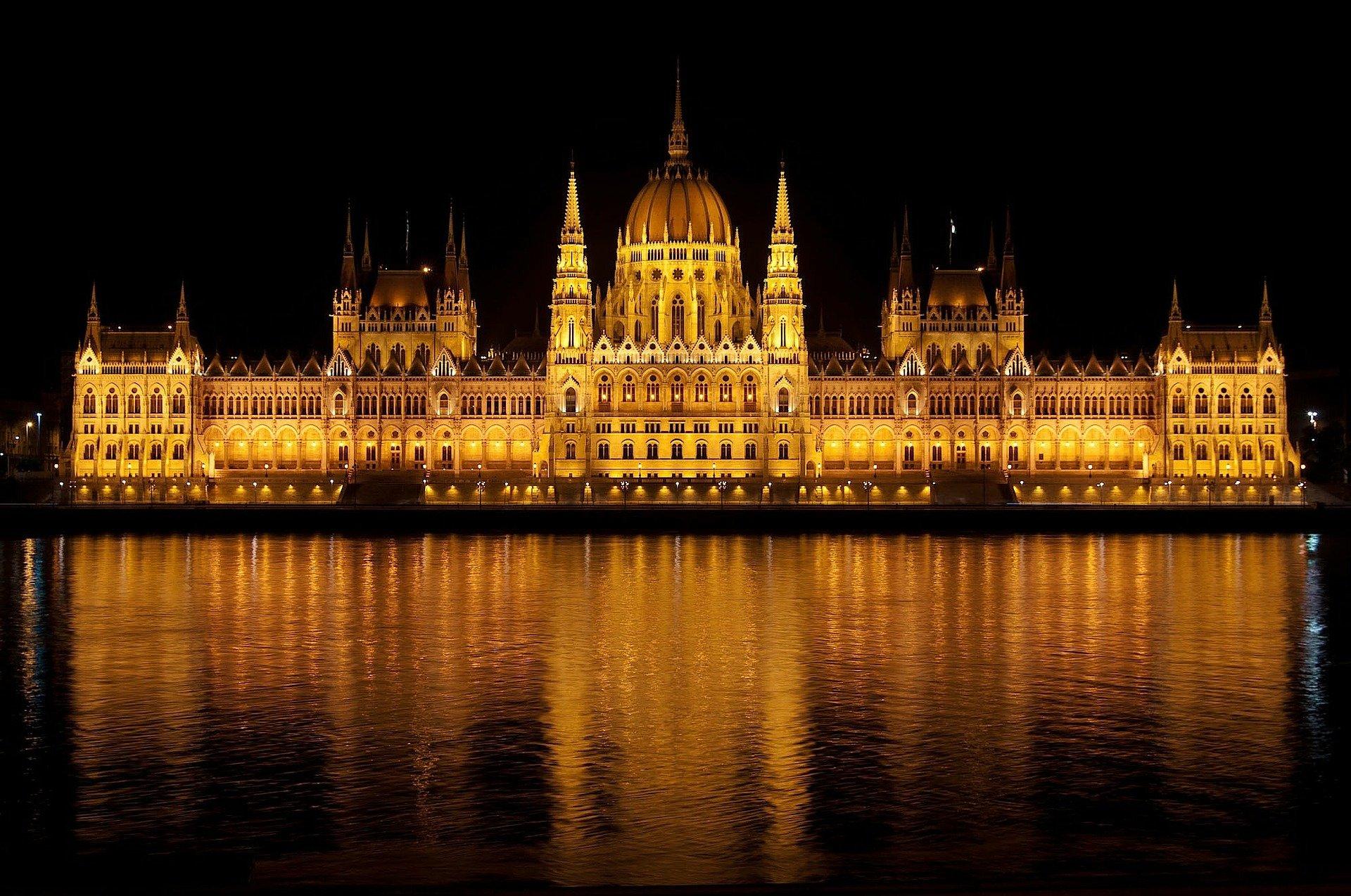 Parlament in Budapest bei Nacht