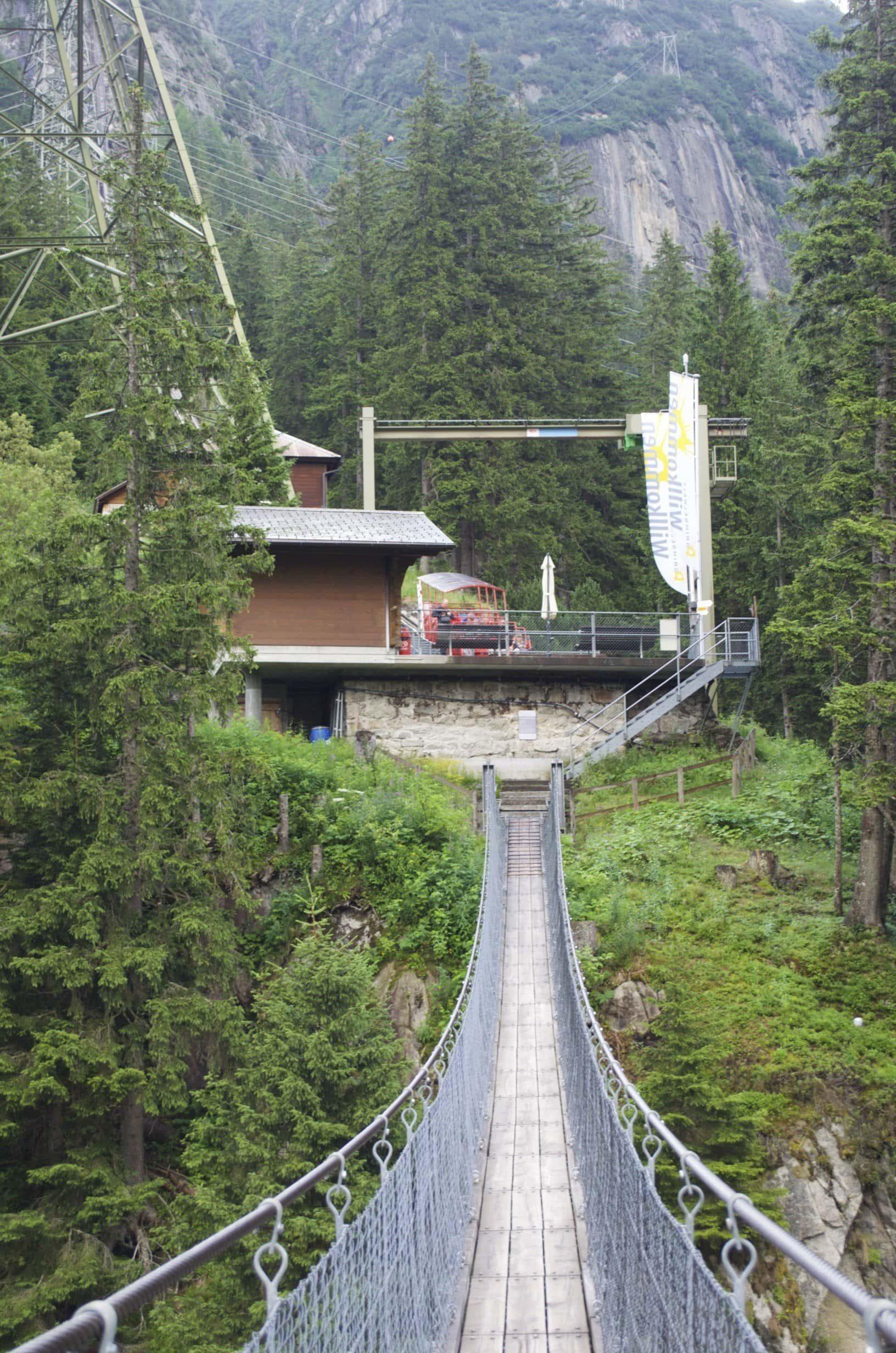 Talstation der Gelmerbahn von der anderen Seite der Handeckfallbrücke