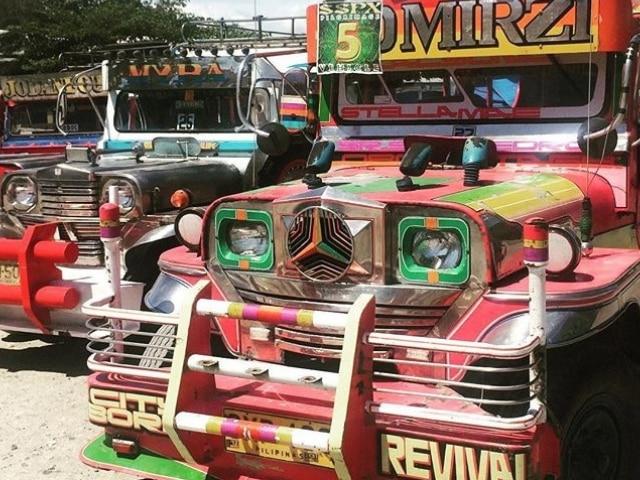 bunte Jeepneys auf Bohol