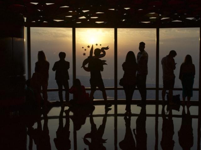 Silhouetten auf der Aussichtsplattform des Burj Khalifas in Dubai