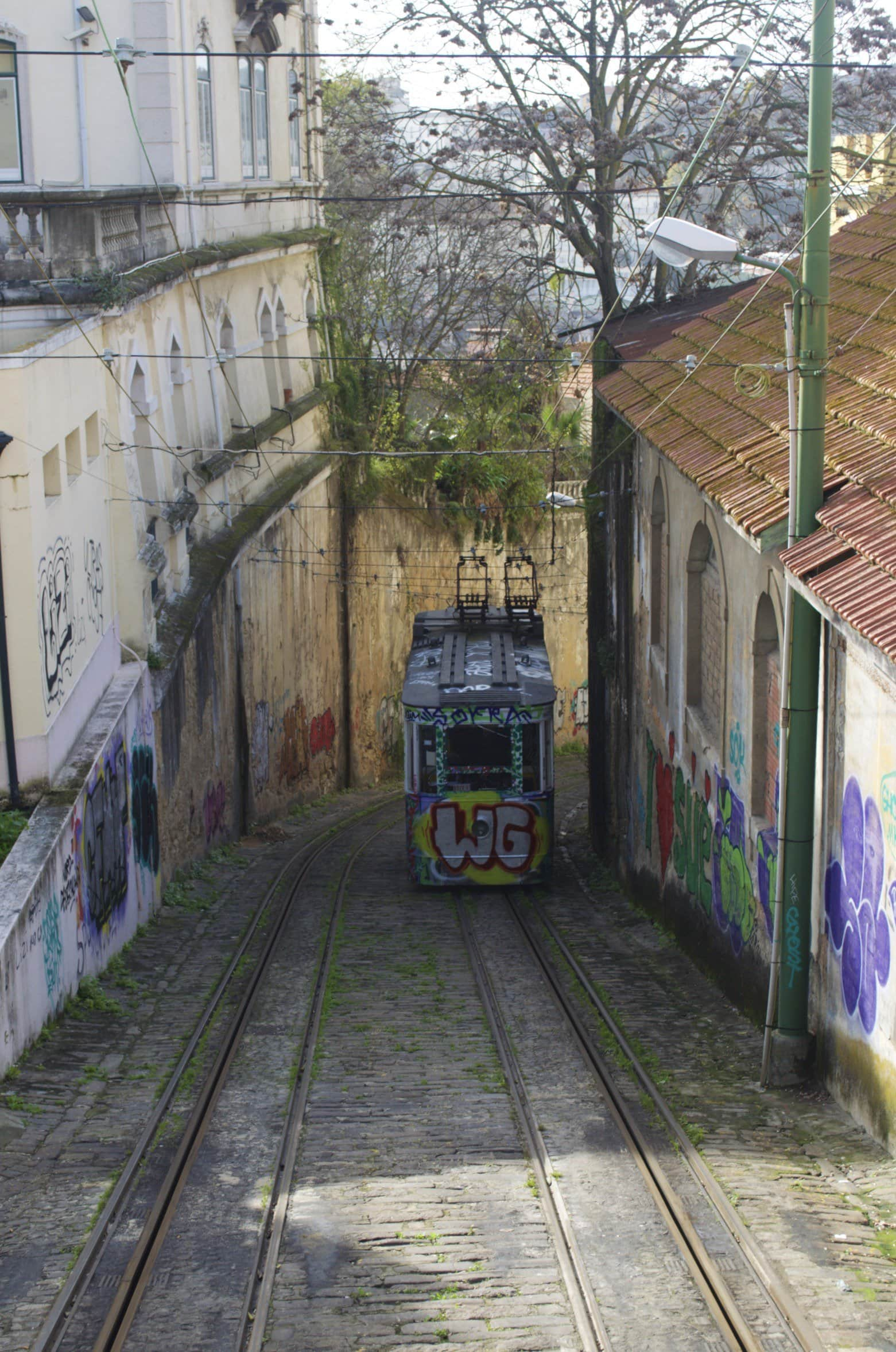 Ascensor do Lavra mit Grafittis in Lissabon