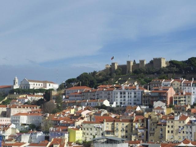 Blick auf das Castelo de Sao Jorge von der Aussichtsplattform des Elevador de Santa Justa