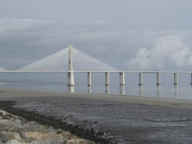 Ponte Vasco da Gama bei Ebbe