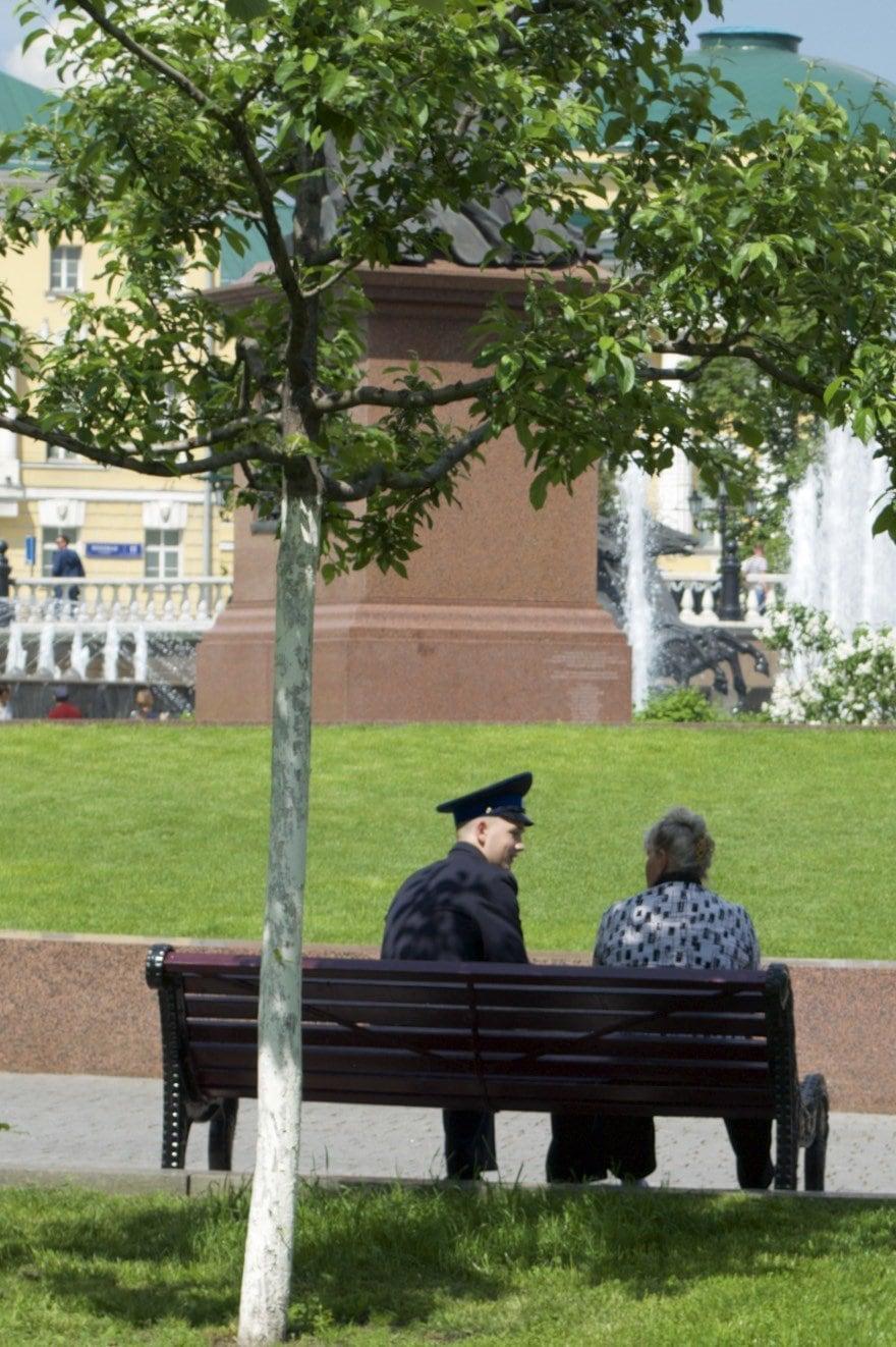 Soldat mit Mutter auf Parkbank