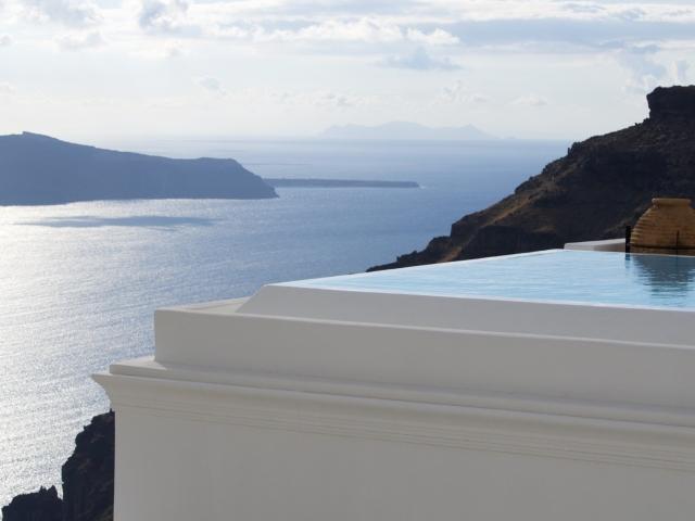 Pool mit Kastros Felsen im Hintergrund