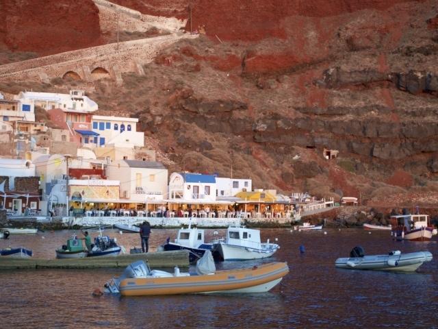 letzte Sonnenstrahlen im Hafen von Amoudi