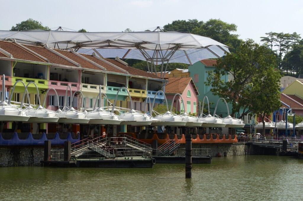 pastellfarbige Häuser am Clarke Quay