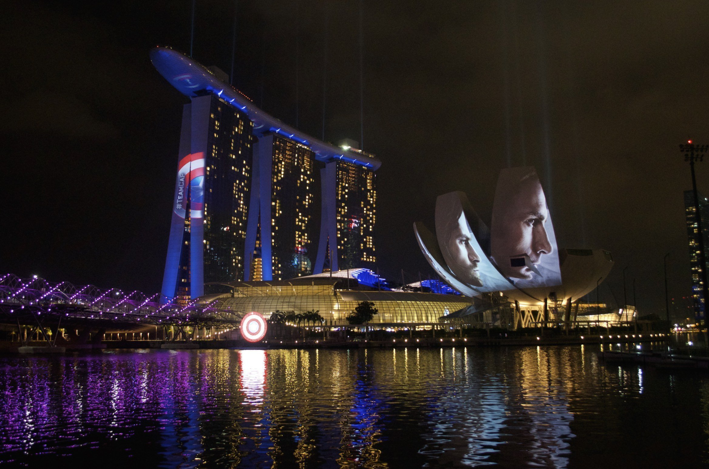 Marina Bay Sands, Science Museum und Helix Bridge bei Nacht