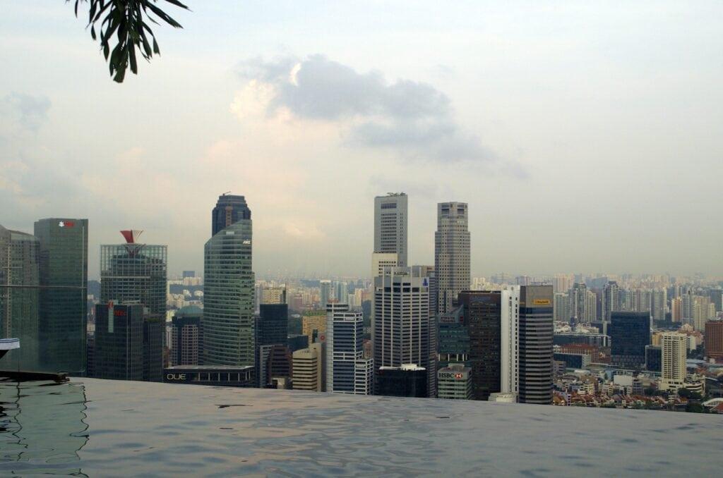 Singapur Skyline vom Marina Bay Sands Skypark aus gesehen