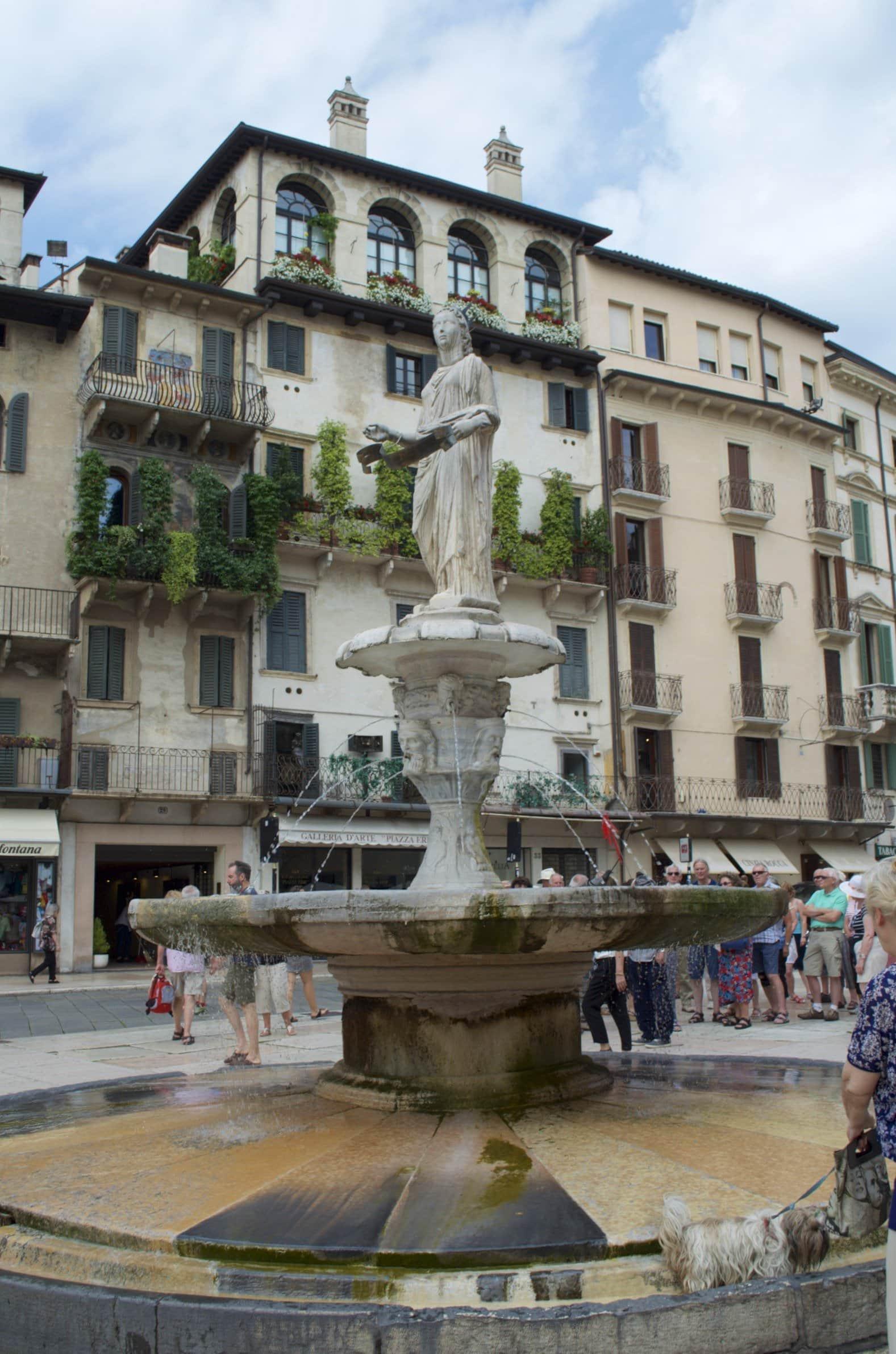 Brunnen am Piazza delle Erbe Verona