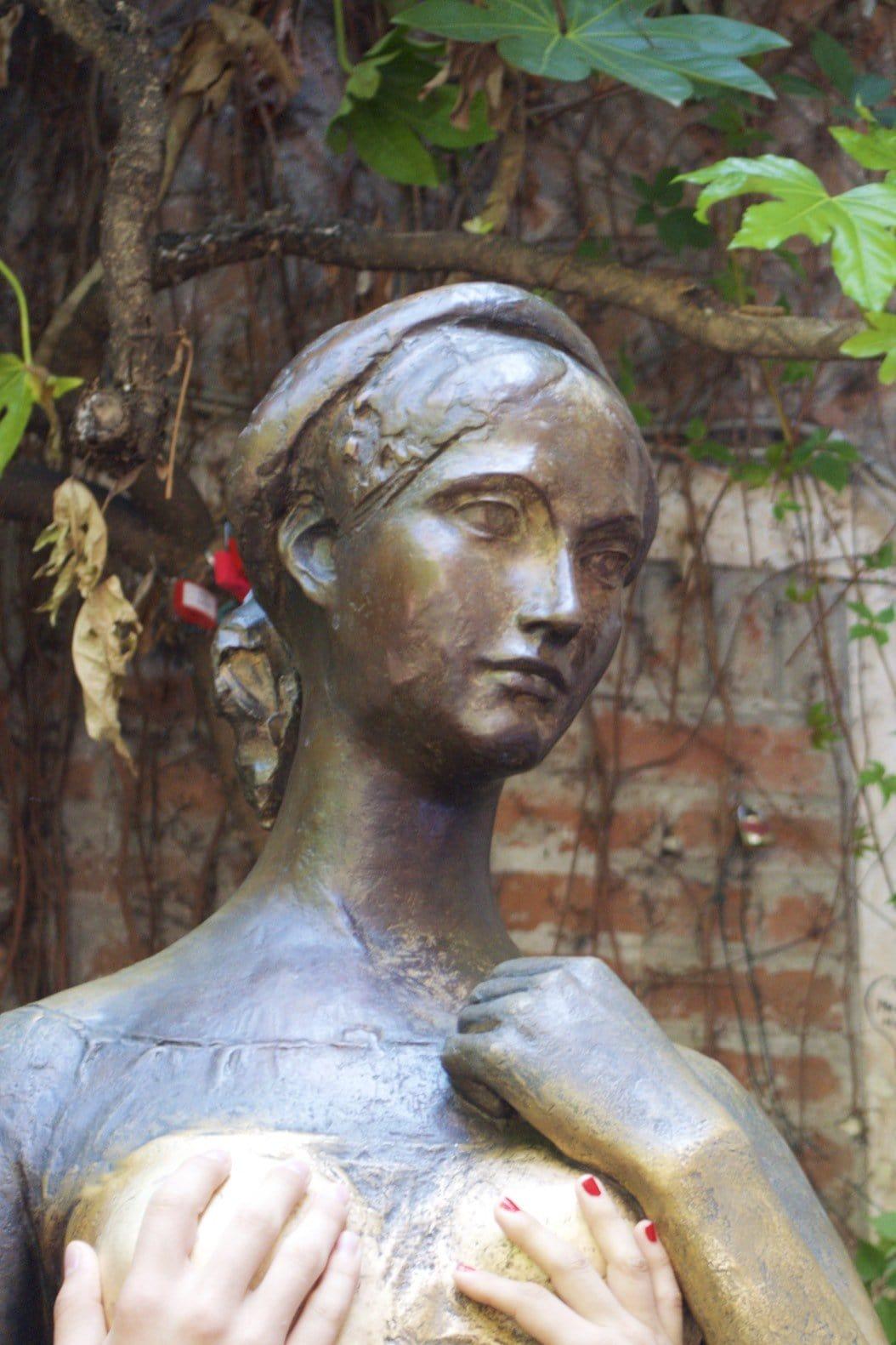 Statue der Julia, ein Griff auf die Brust bringt Glück