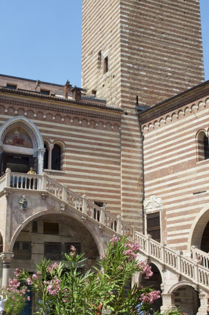 Innenhof beim Torre di Lamberti
