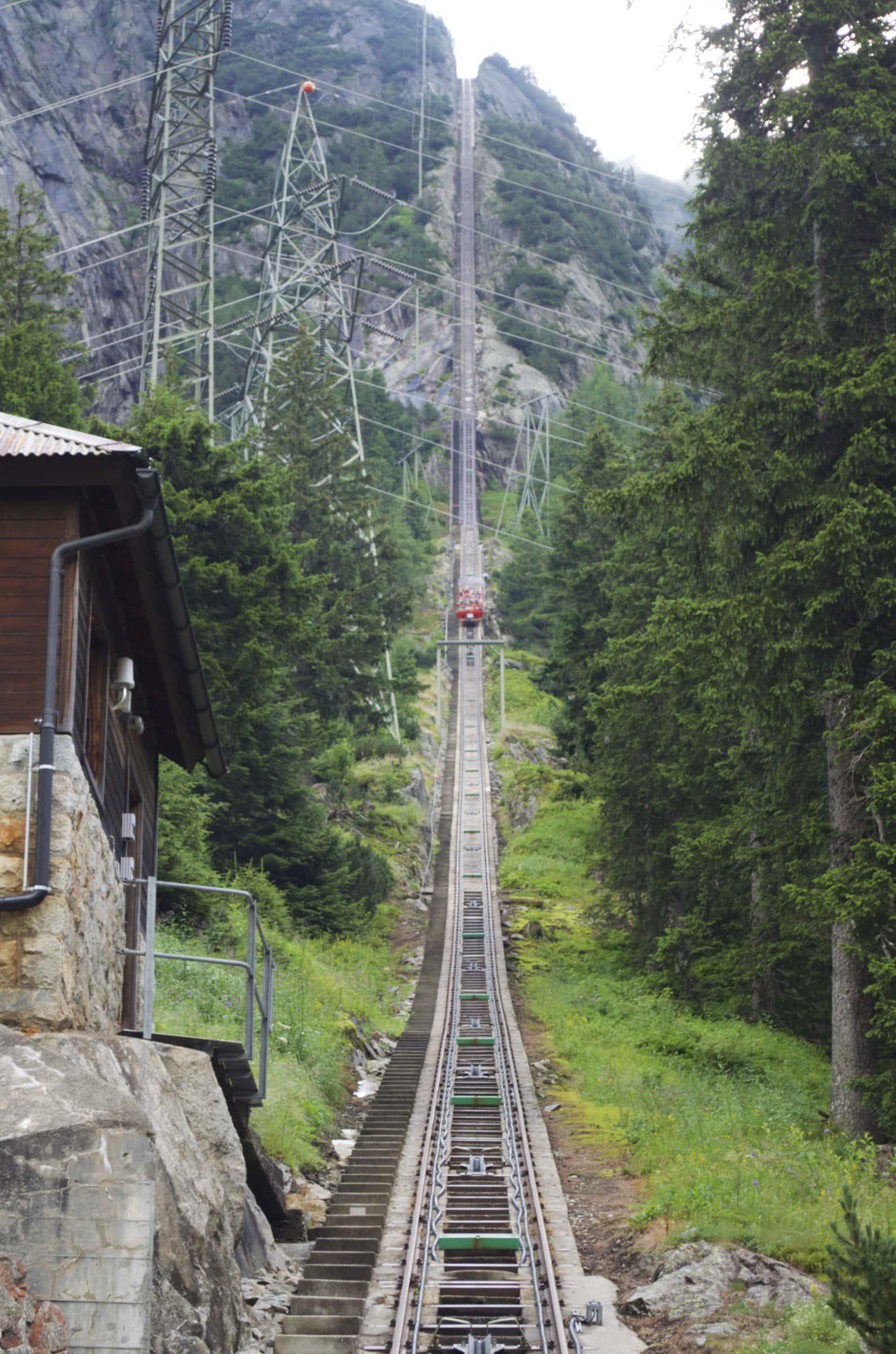 Gelmerbahn bei Abfahrt aus der Station