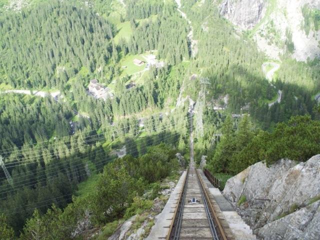 Blick in den Abgrund aus der ersten Reihe der Gelmerbahn