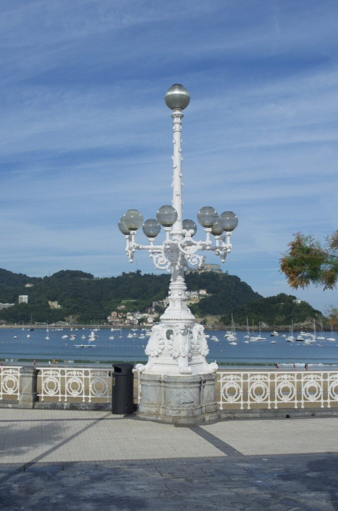 Straßenlaterne an der Promenade der Playa de la Concha