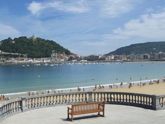 Blick über die Playa de la Concha zum Urgull
