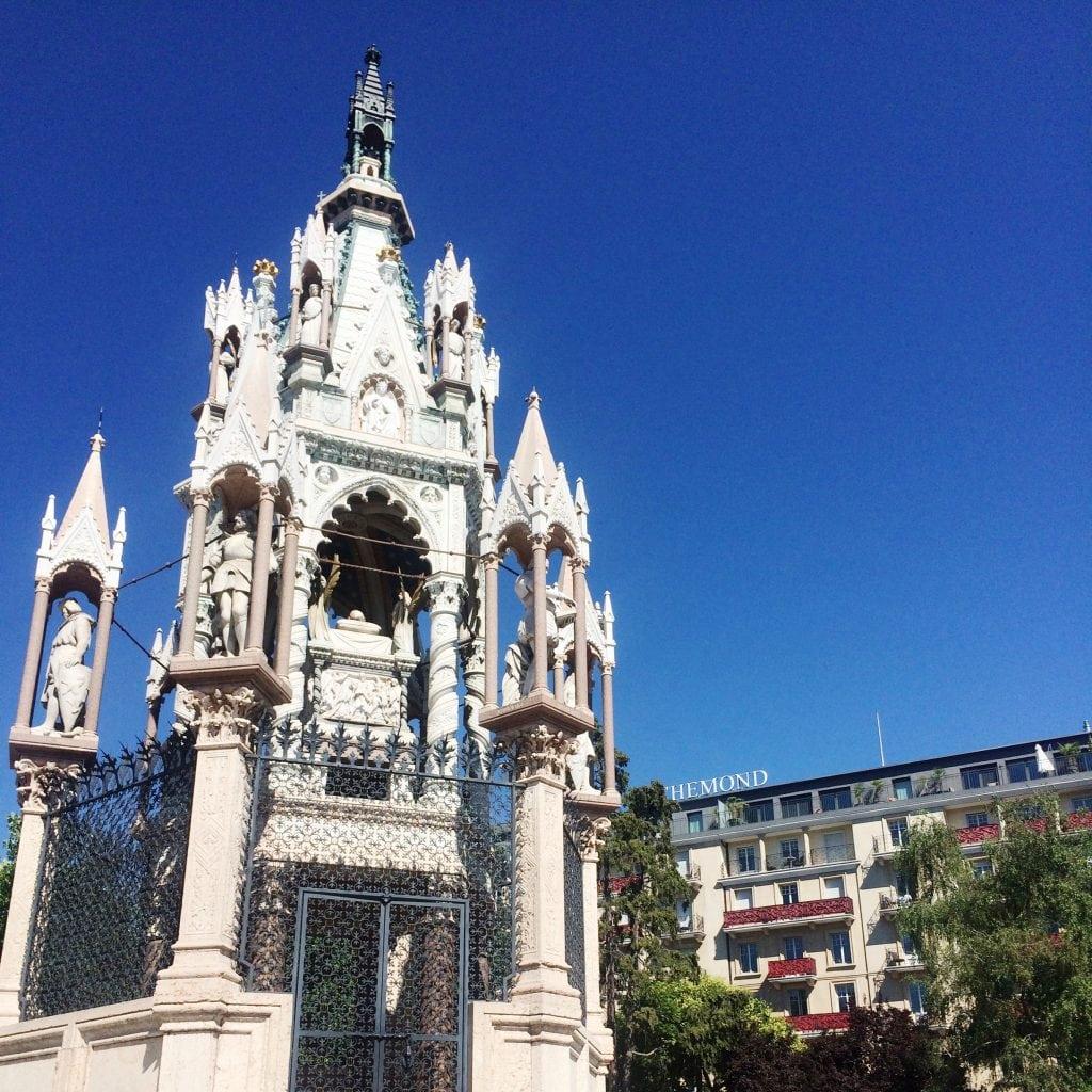 Brunswick Monument mit dem Hotel Le Richemont im Hintergrund