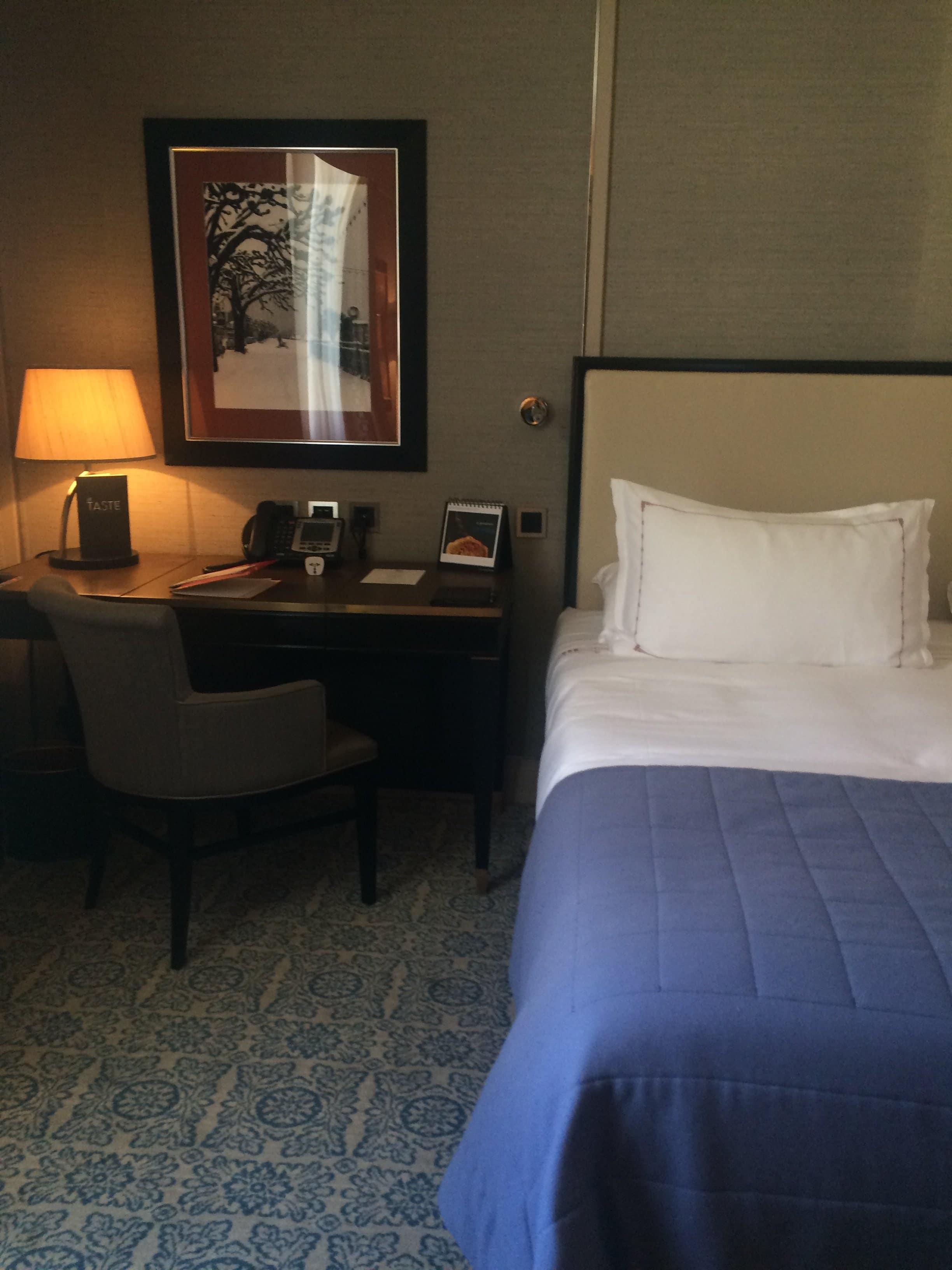 Zimmer im Le Richemond Geneva (Bett und Schreibtisch)