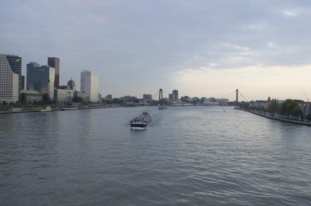 Maas in Rotterdam bei Sonnenuntergang