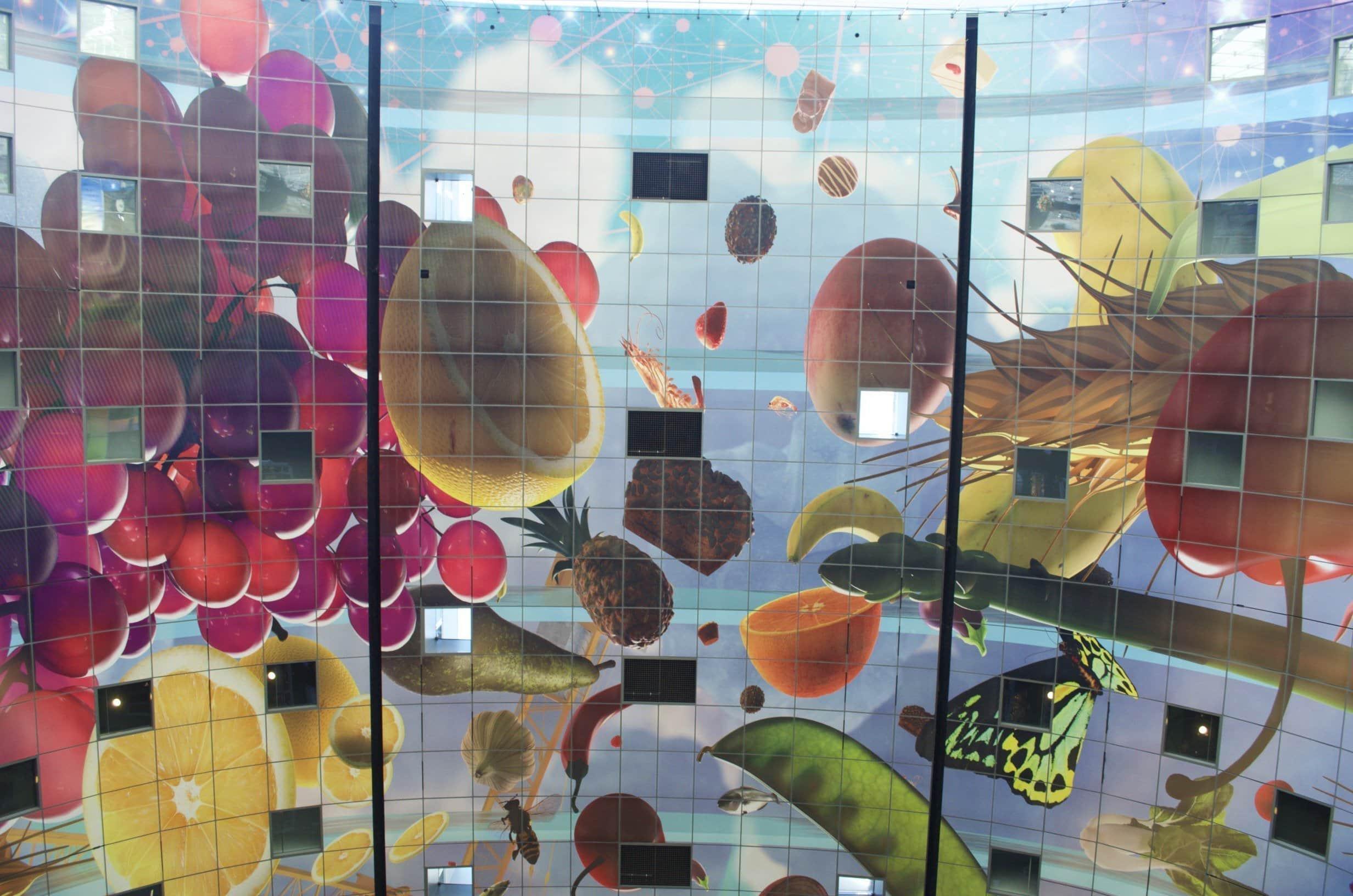 bunte Früchte an der Decke der Markthalle in Rotterdam