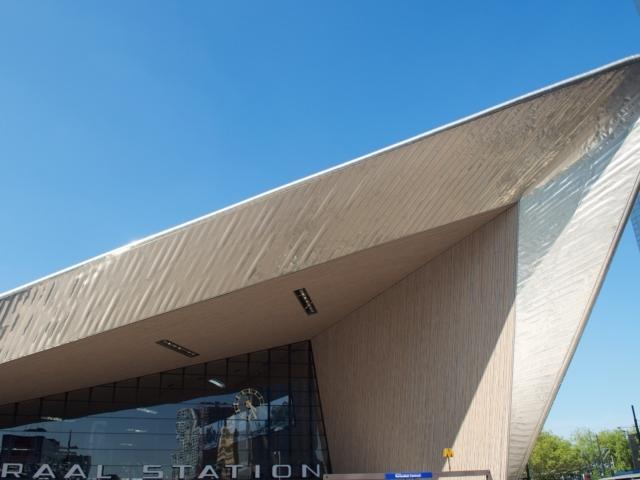futuristisches Dach des Rotterdamer Bahnhofs