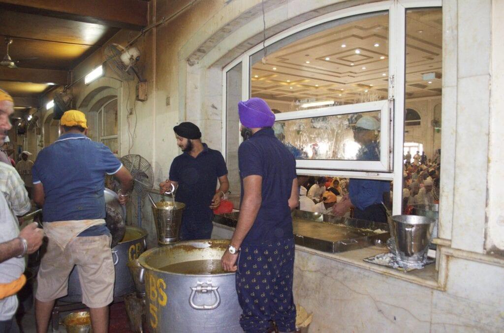 Gurudwara Bangla Sahib Freiwillige Austeilen von Essen