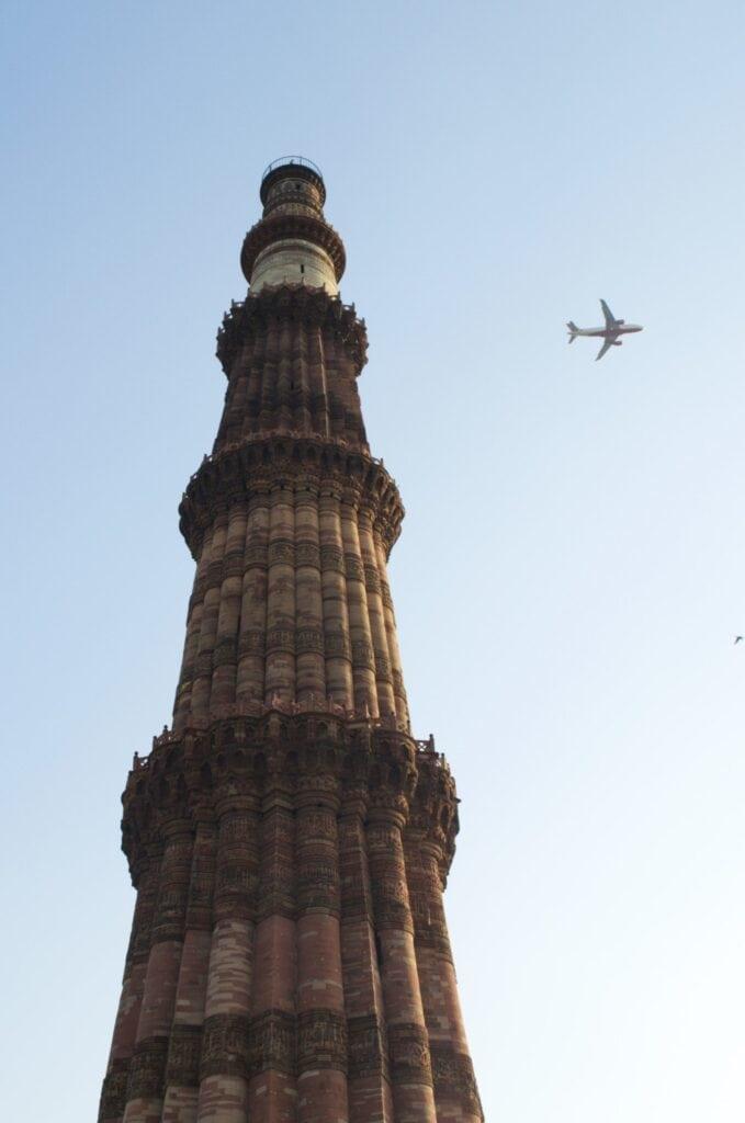 Qutb Minar in der Einflugsschneise des Flughafens