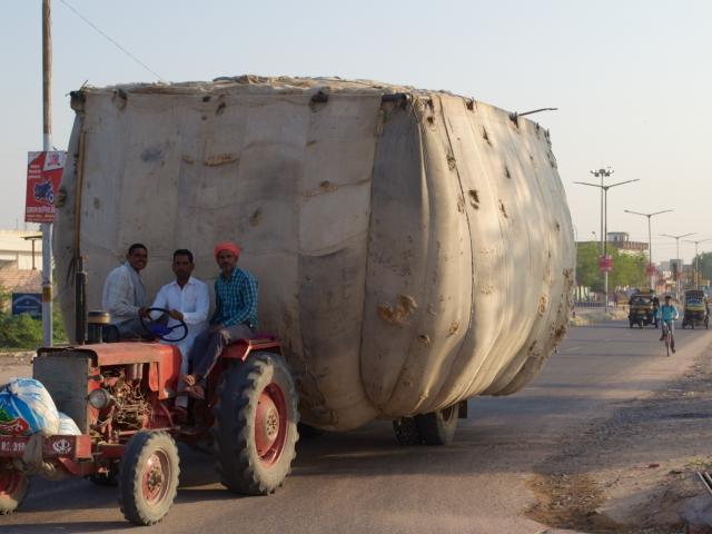 mit Baumwolle beladener Traktor