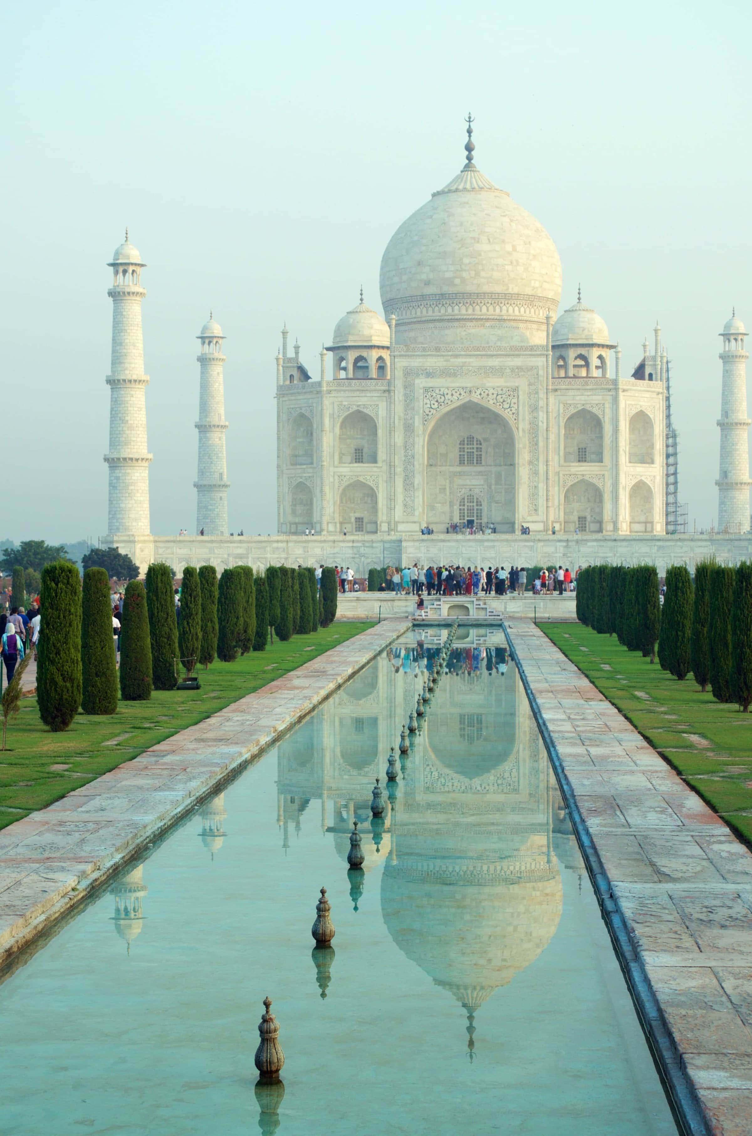 Taj Mahal bei Sonnenaufgang mit Spiegelung im Wasser
