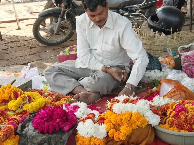 Herstellung von Blumengirlanden aus Marigold