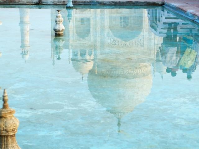 Spiegelung des Taj Mahal im Wasser