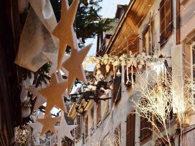 weihnachtlich dekorierte Gassen in Straßburg