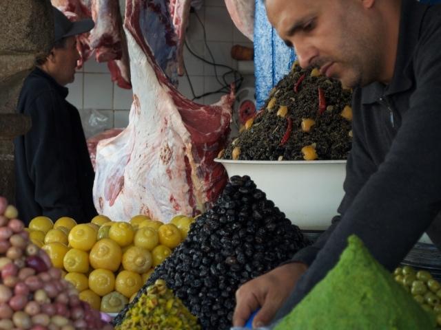 Olivenverkäufer im Souk