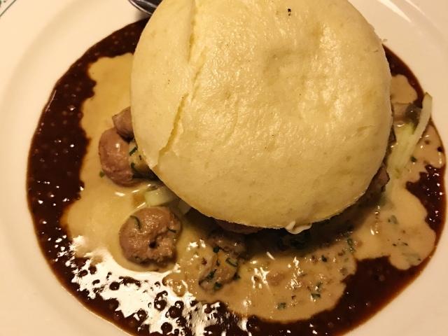 Eat Polska Burger mit Wildhasennieren, Pilz- und Senfsauce