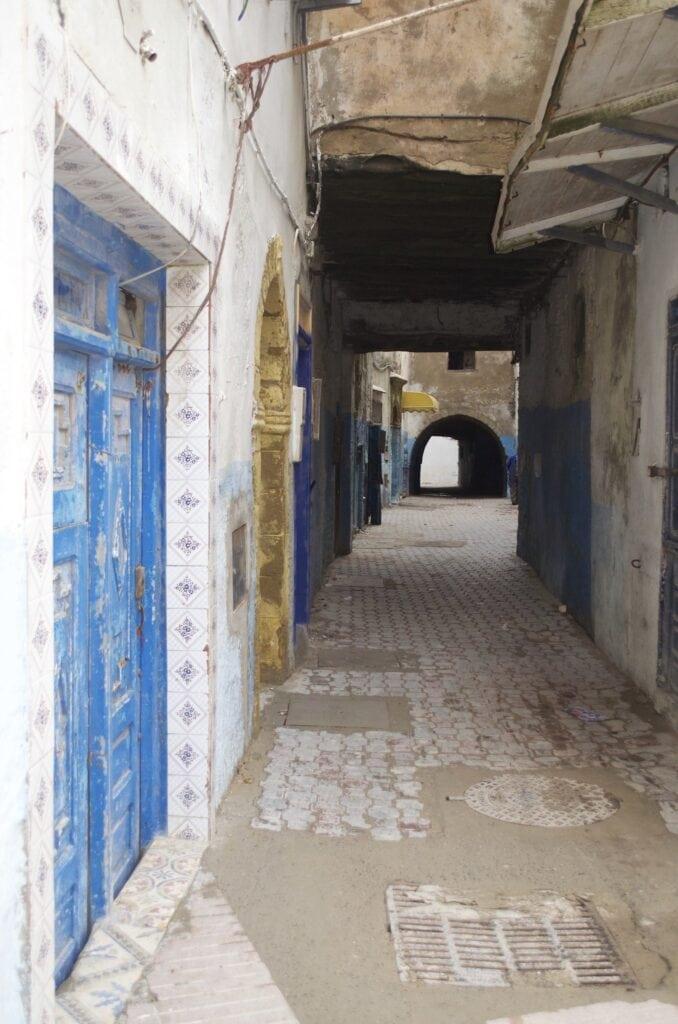 Blau, weiß und gelb: die dominierenden Farben in der Medina