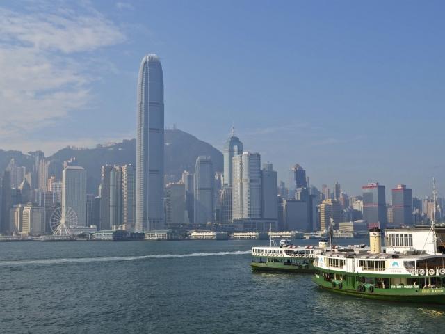 Skyline Hong Kong und Star Ferry Anleger in Kowloon