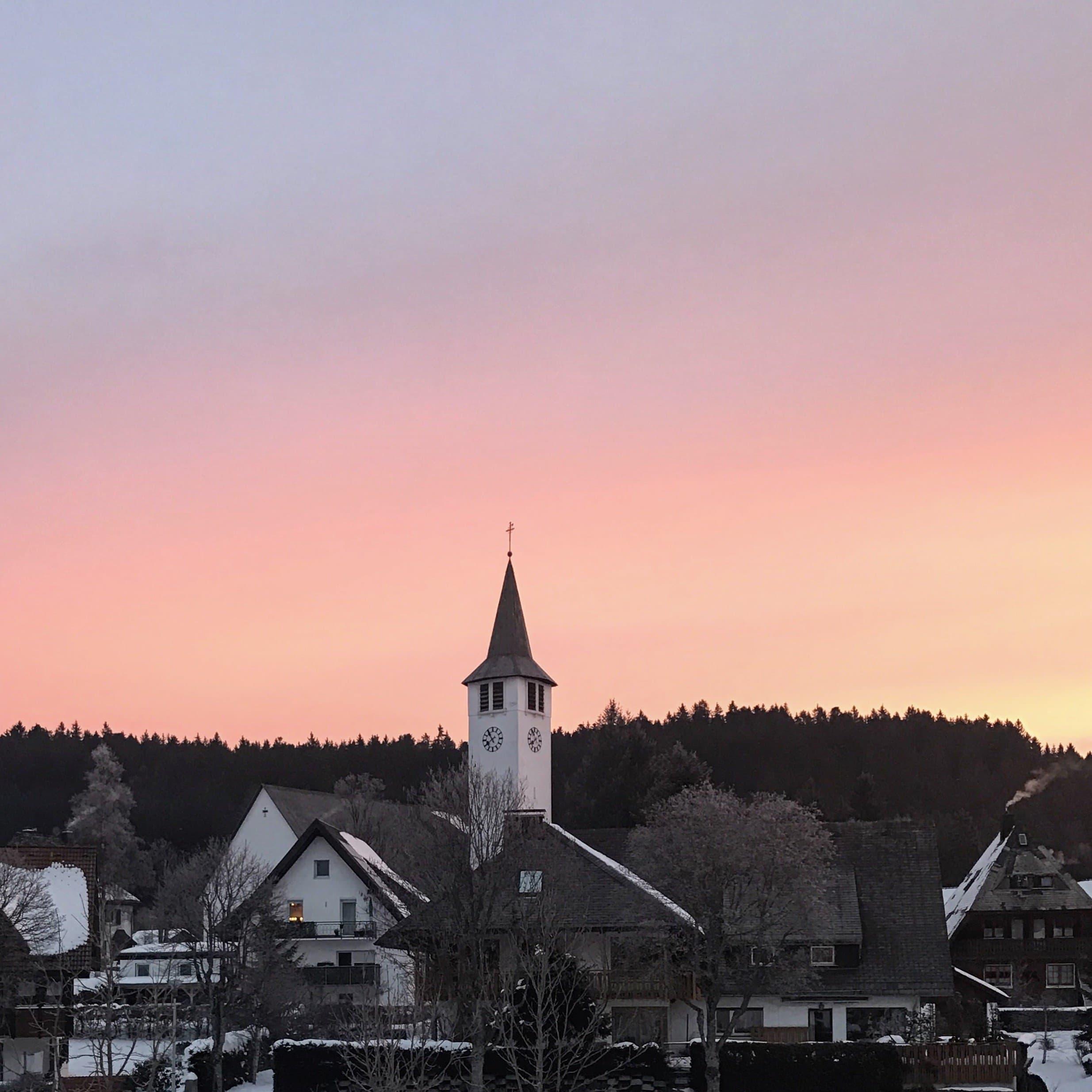 Titisee Morgenrot und Sonnenaufgang hinter der Kirche
