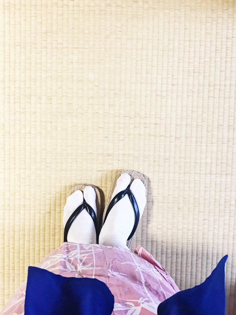 Japan im Ryokan trägt man Yukata und Hausschuhe