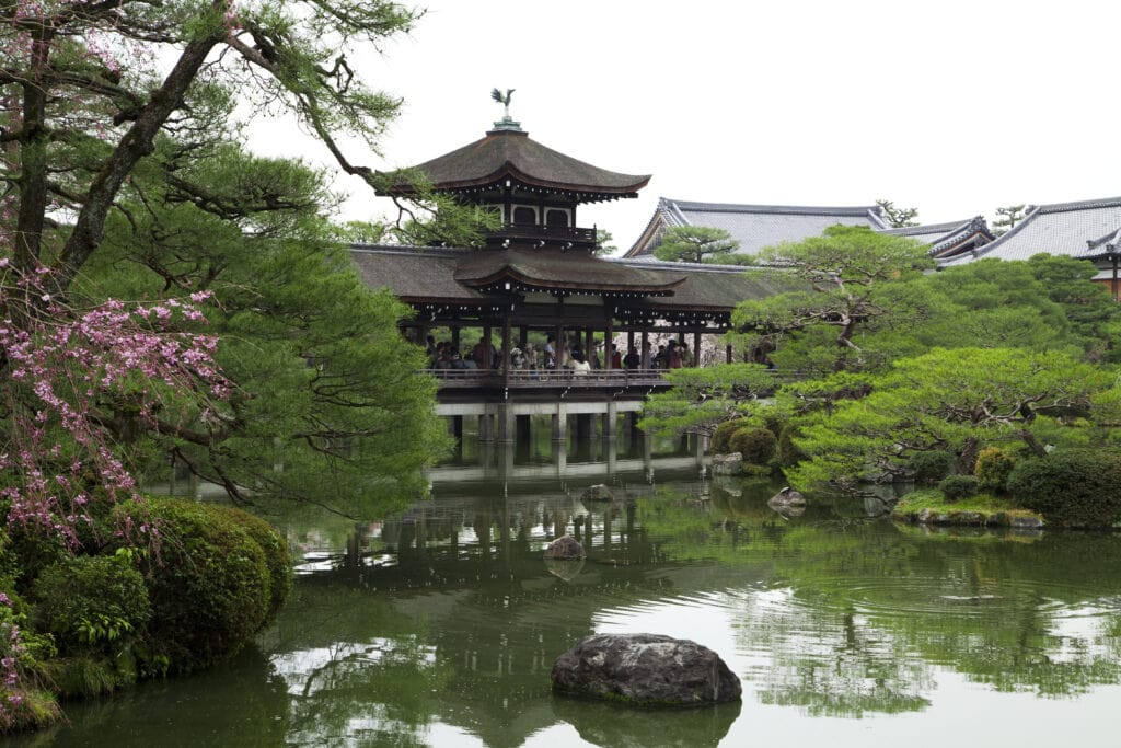 Taiheikaku-Brücke im Garten des Heian-jingū Schreins