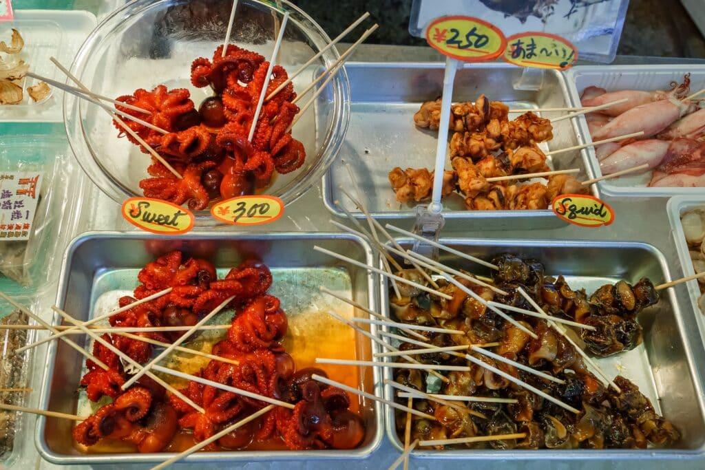 Oktopus-Spieße am Nikishi Markt in Kyoto