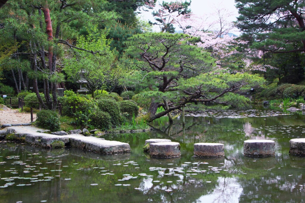 Steinpfad im Garten des Heian-jingū Schreins