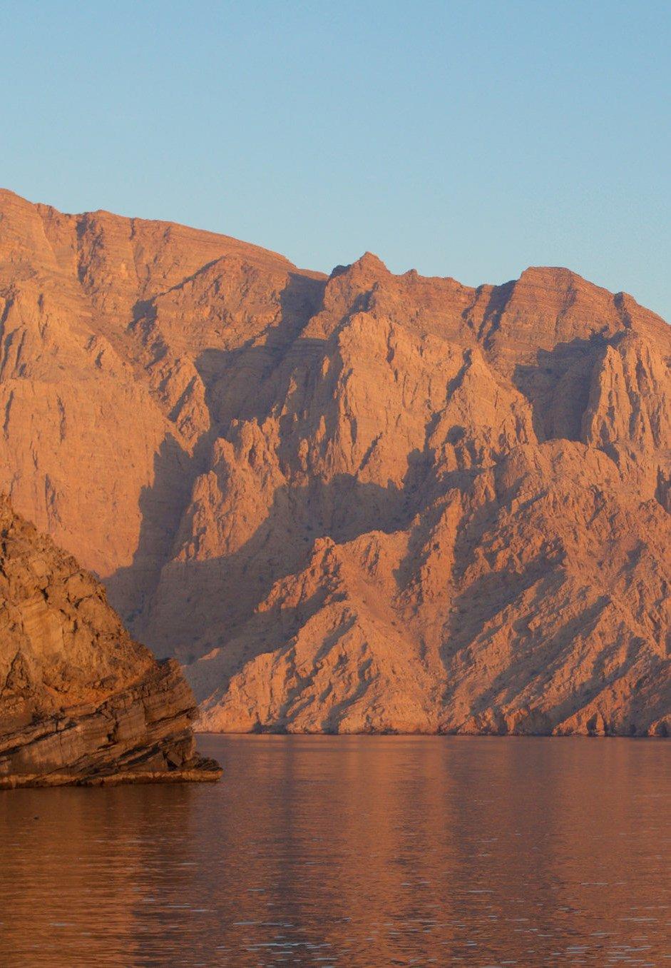 Steilküste bei Musandam im Sonnenaufgang