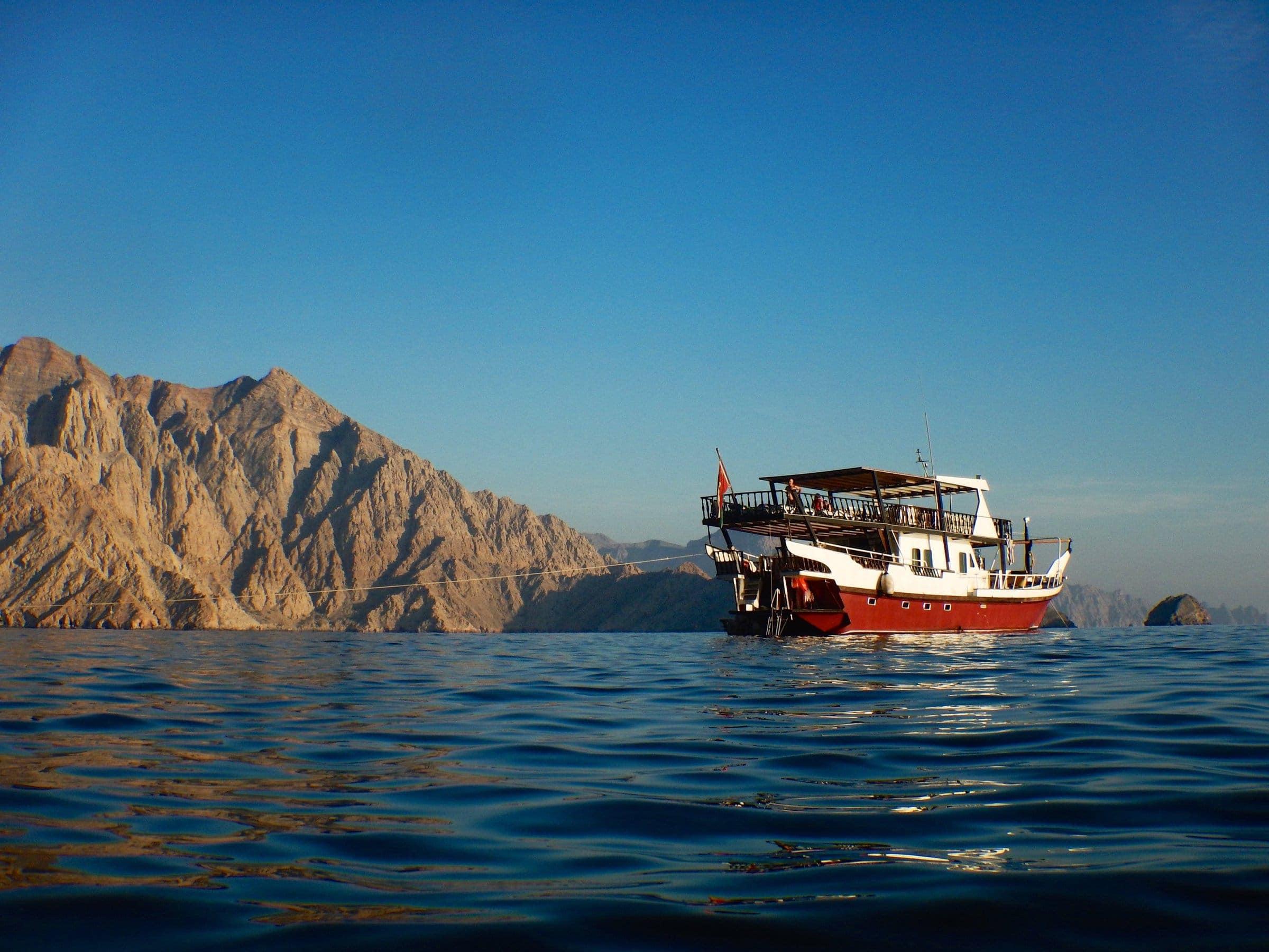 Dhau an der Steilküste von Musandam Oman