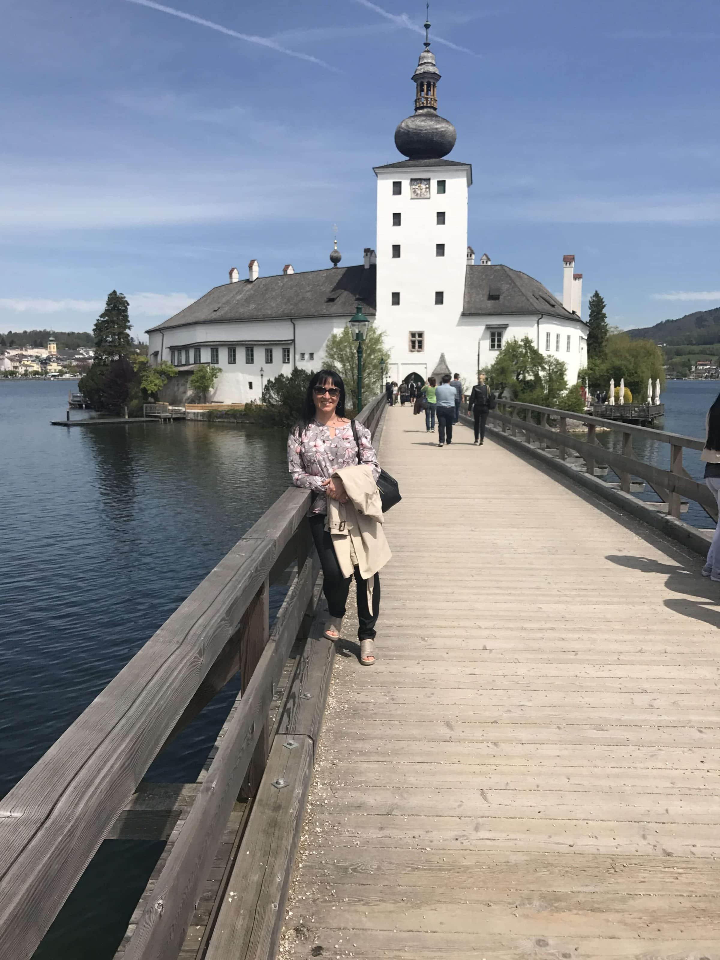 Travellingcarola vor dem Seeschloss Ort in Gmunden