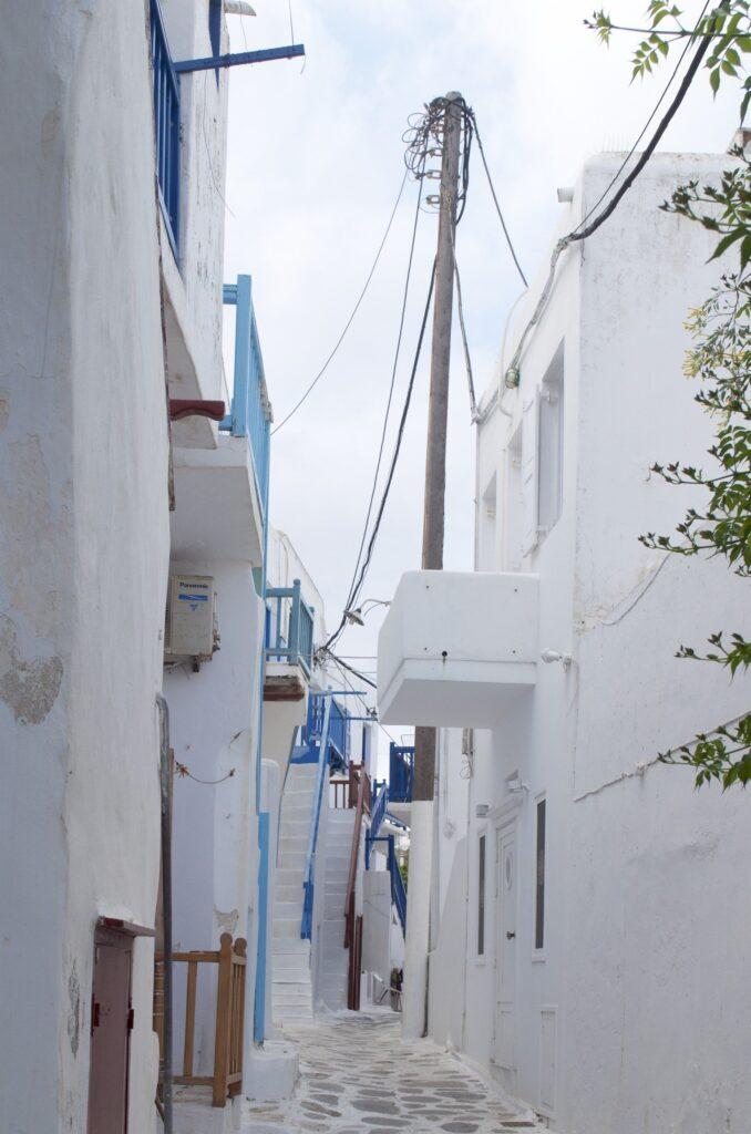 Gassen in Mykonos mit farbigen Geländern