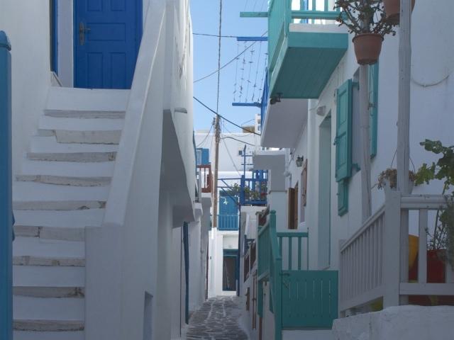 Mykonos mit bunten Geländern und Balkonen